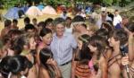 Губернатор Астраханской области Александр Жилкин в окружении детей