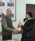 Председатель совета ветеранов Василий Михайлович Григор г. Ноябрьска и волонтёр из детской организации «Открытые сердца»
