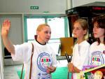 Председатель жюри конкурса коллекций моделей одежды Ирина Борисовна Волкодаева (слева) показывает свои работы. Фото В.В.Чичмаря