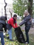 Юные московской школы № 498 экологи на субботнике по уборке листвы дворовых террторий своего микрорайона
