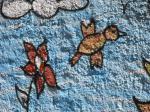 Птичка и бабочка на нарисованном цветке. Фото Владимира Чичмаря