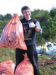 Участники экологических движений на сборке мусора на Кавгаловском озере по Санкт-Петербургом